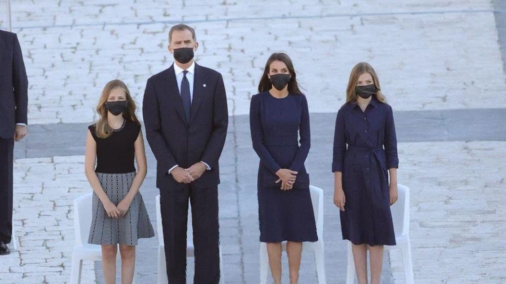 El rey Felipe VI (2i), la reina Letizia (2d), la infanta Sofía (d) y la Princesa de Asturias (i) al comienzo del homenaje de Estado a las víctimas de la pandemia de coronavirus celebrado en el Palacio Real de Madrid (España), a 16 de julio de 2020