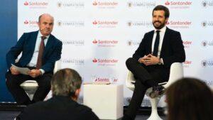 El líder del PP, Pablo Casado, junto al vicepresidente del BCE y exministro de Economía, Luis de Guindos