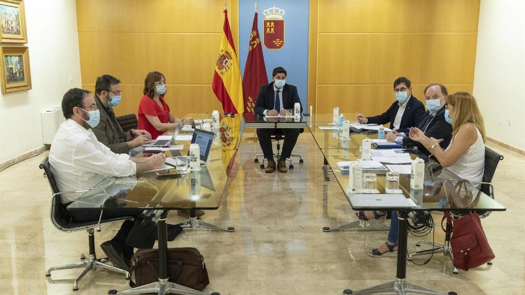 El jefe del Ejecutivo regional, Fernando López Miras, ha presidido esta mañana en el Palacio de San Esteban la reunión del Comité de Seguimiento Covid-19