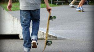 Jóvenes skate estudiantes monopatín
