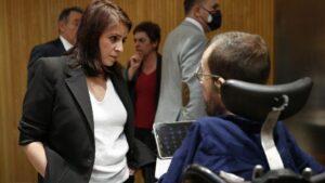 a portavoz socialista, Adriana Lastra, conversa con el portavoz de Unidas Podemos, Pablo Echenique en la Comisión del Congreso para la Reconstrucción Social y Económica