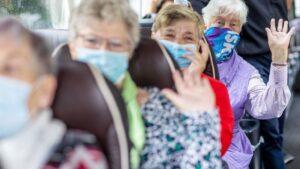 Mujeres con mascarilla en un autobús en Schwerin (Alemania)