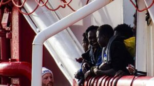 Migrantes se preparan para desembarcar del 'Ocean Viking'