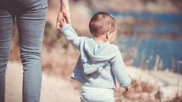 Un niño junto a su madre