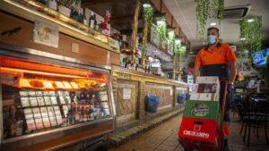 Un repartidor en un bar