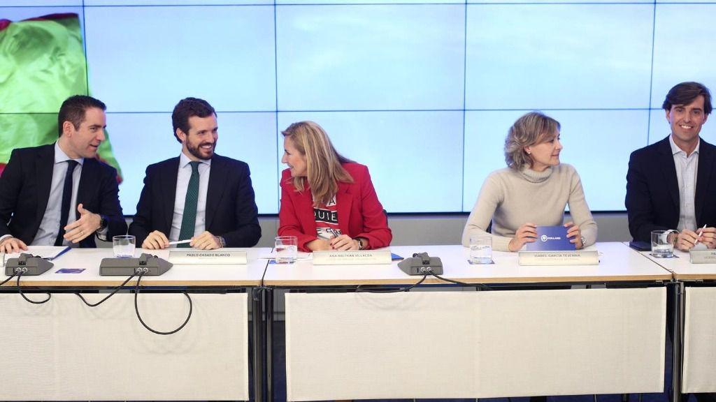 El presidente del PP, Pablo Casado, con cargos de su Ejecutiva. En Madrid (España)