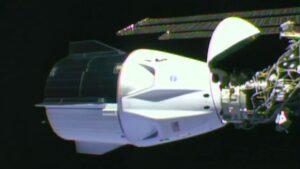 Imagen de la nave Crew Dragon Endeavour tras atracar por primera vez a la Estación Espacial