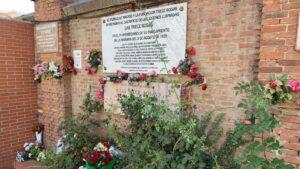 Monumento en homenaje a las Trece Rosas en el Cementerio de la Almudena (Madrid)