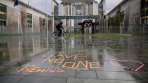La sede de la Cancillería de Alemania con el mensaje 'No dejes a nadie detrás' coronavirus