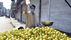 Un vendedor de fruta con su carro en Rawalpindi (Pakistán)