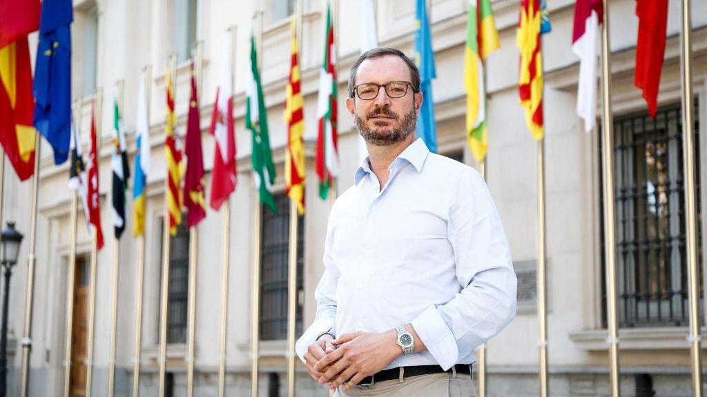 El portavoz del Grupo Popular en el Senado, Javier Maroto, posa tras una entrevista para Europa Press en la Cámara Alta, en Madrid (España)