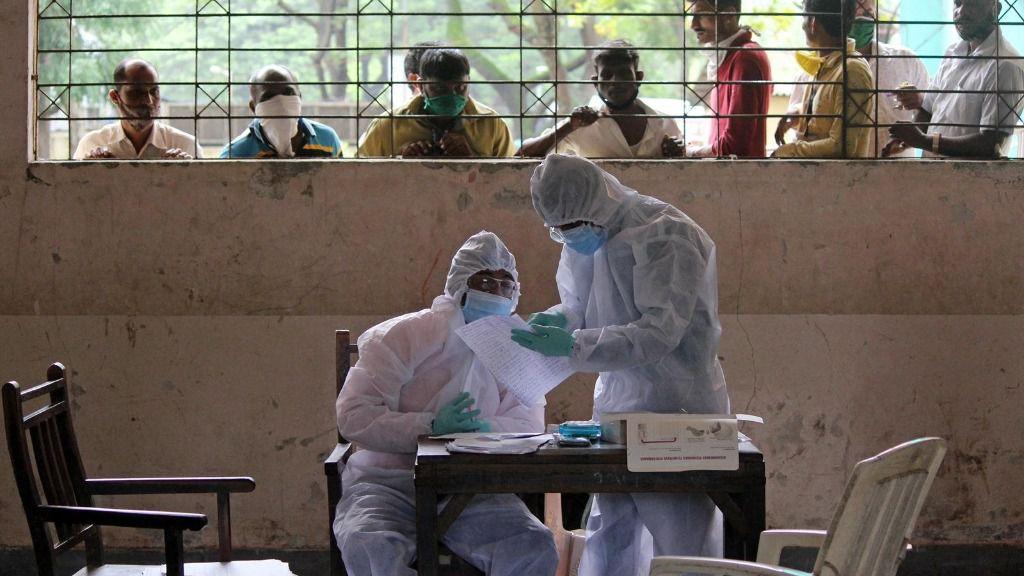 Trabajadores sanitarios con trajes protectores en Bombay