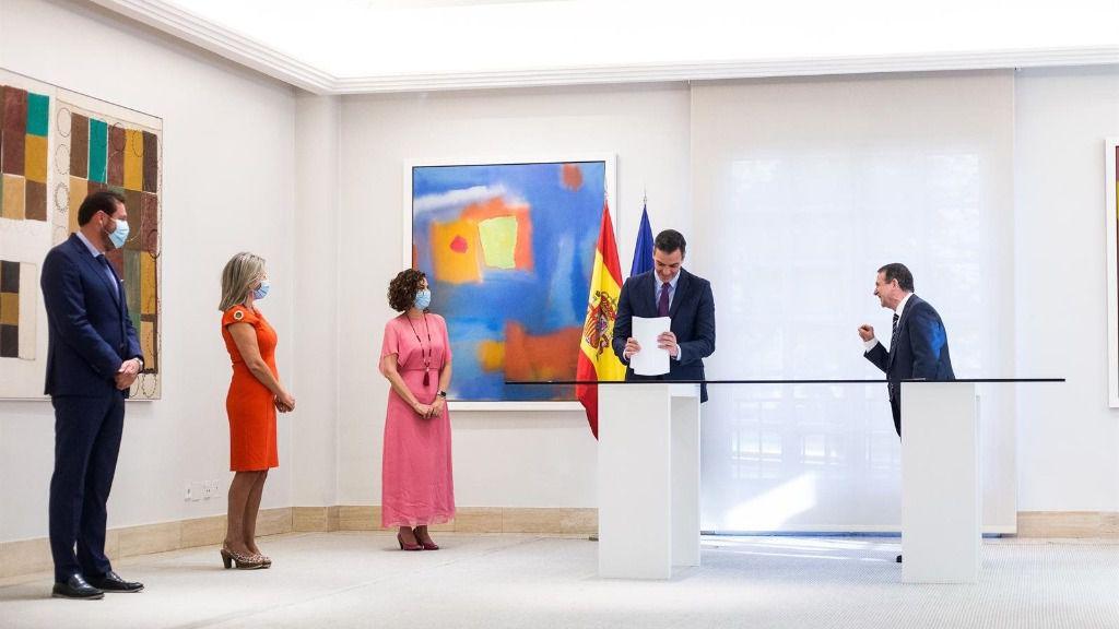 El presidente del Gobierno, Pedro Sánchez (2d); y el presidente de la Federación Española de Municipios y Provincias (FEMP) y alcalde de Vigo, Abel Caballero (1d)
