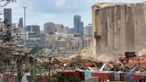 Zona destruida por la explosión en el puerto de Beirut