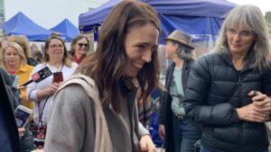 Jacinda Ardern visita un mercado
