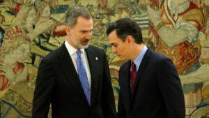 El presidente del Gobierno, Pedro Sánchez y el Rey Felipe VI, momentos después de que Sánchez prometiera su cargo como presidente, en el Palacio de La Zarzuela