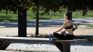 Una joven en un parque de Madrid