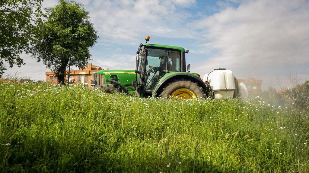 Un agricultor montado en su tractor