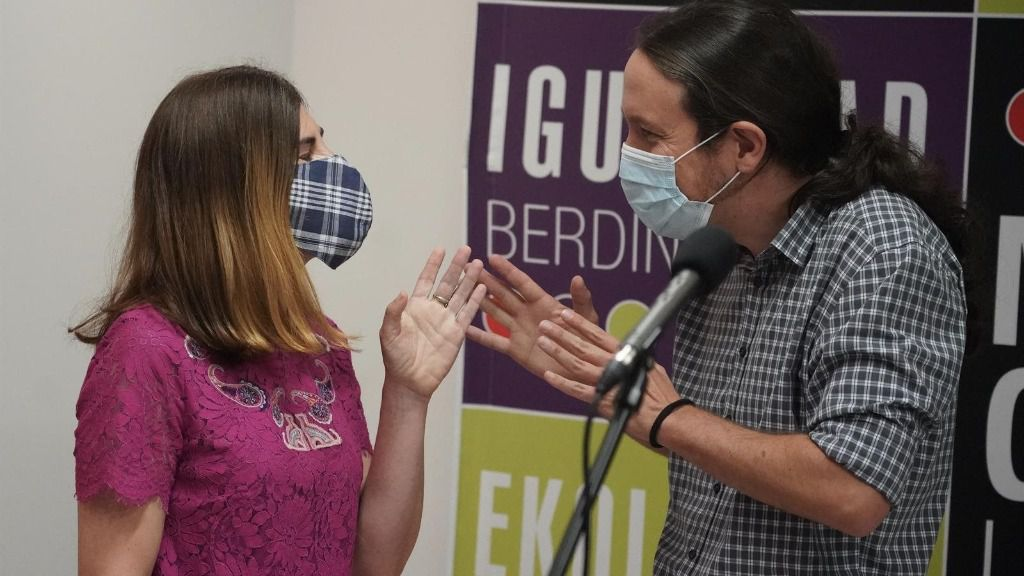 El secretario general de Podemos y vicepresidente del Gobierno, Pablo Iglesias, habla con la candidata a lehendakari de Elkarrekin Podemos-IU, Miren Gorrotxategi