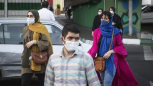 Personas con mascarilla en Teherán