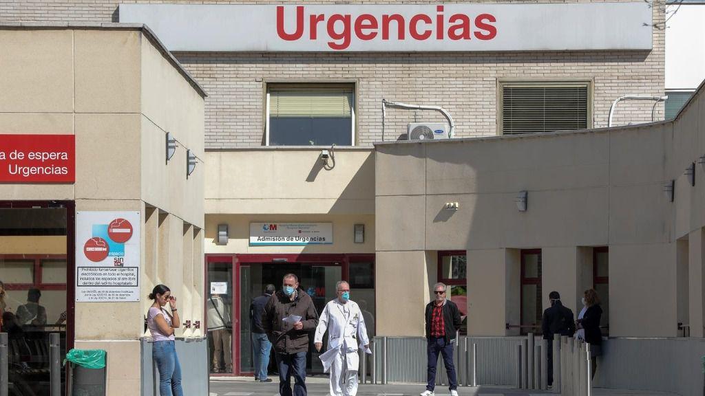 Varias personas protegidas con mascarilla se encuentran cerca de la puerta de Urgencias del Hospital Gregorio Marañón (Madrid)