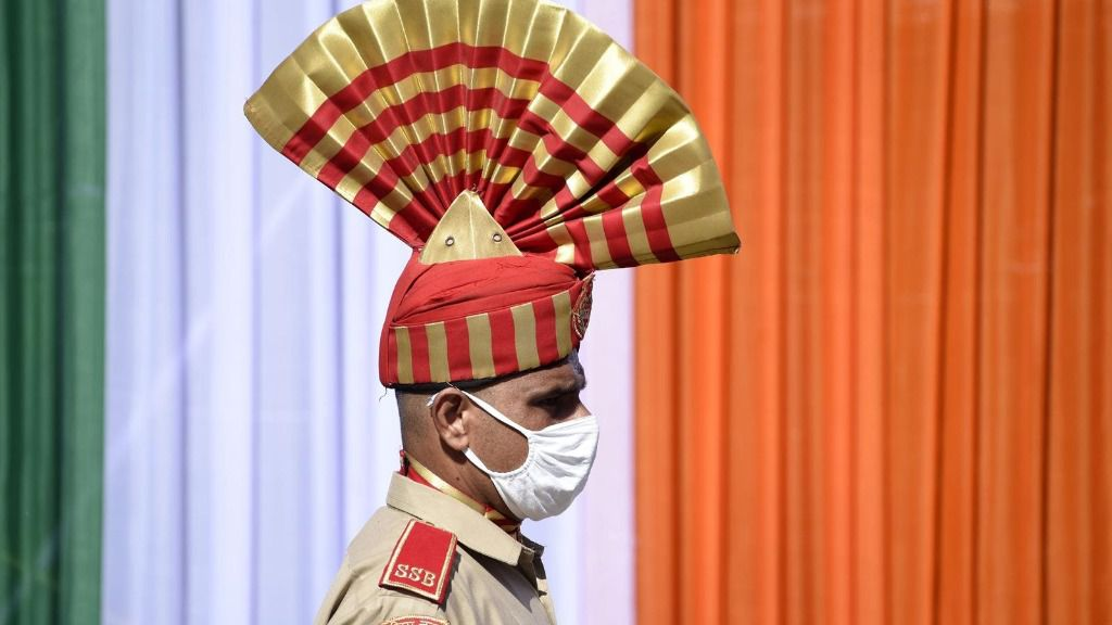 Un policía indio con mascarilla en las celebraciones del Día de la Independencia