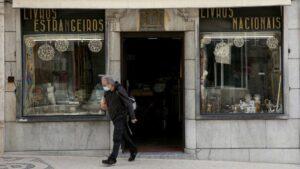 Un hombre con mascarilla en Lisboa