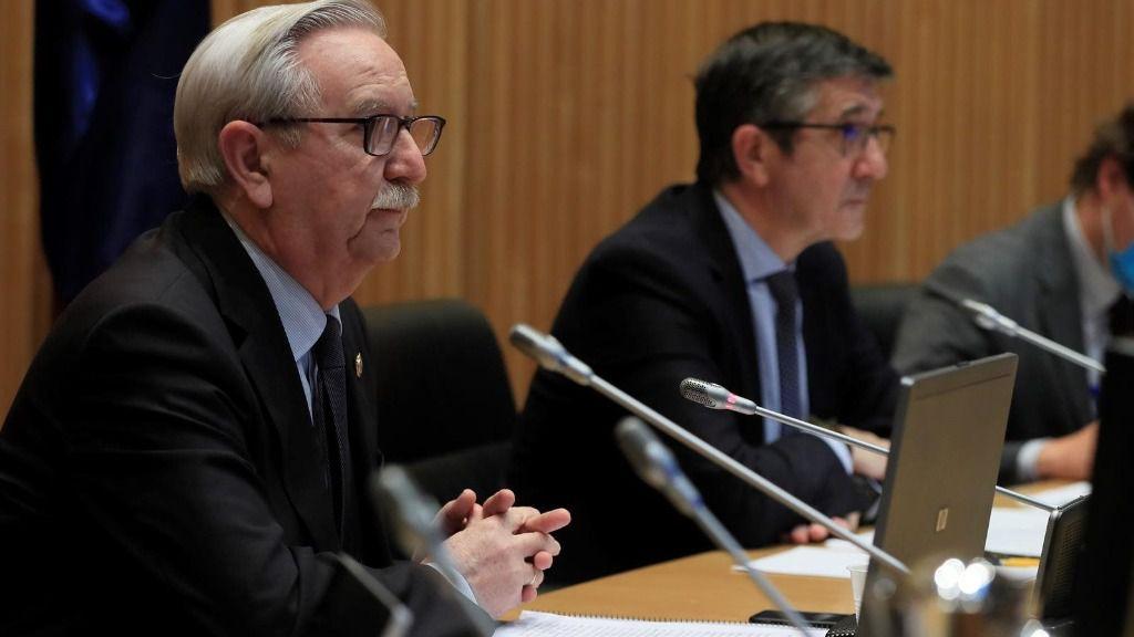 El presidente de la Comisión para la Reconstrucción Social y Económica del Congreso, Patxi López (d), junto al representante de la Organización Médica Colegial, Serafín Romero