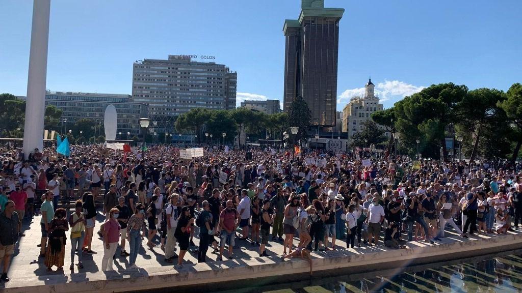 Imagen de los asistentes en la Plaza de Colón durante una manifestación contra el uso obligatorio de mascarilla ante el Covid-19