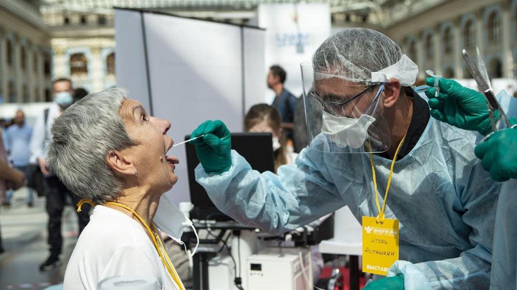 Realización de un test de COVID-19 durante un foro sanitario en Moscú