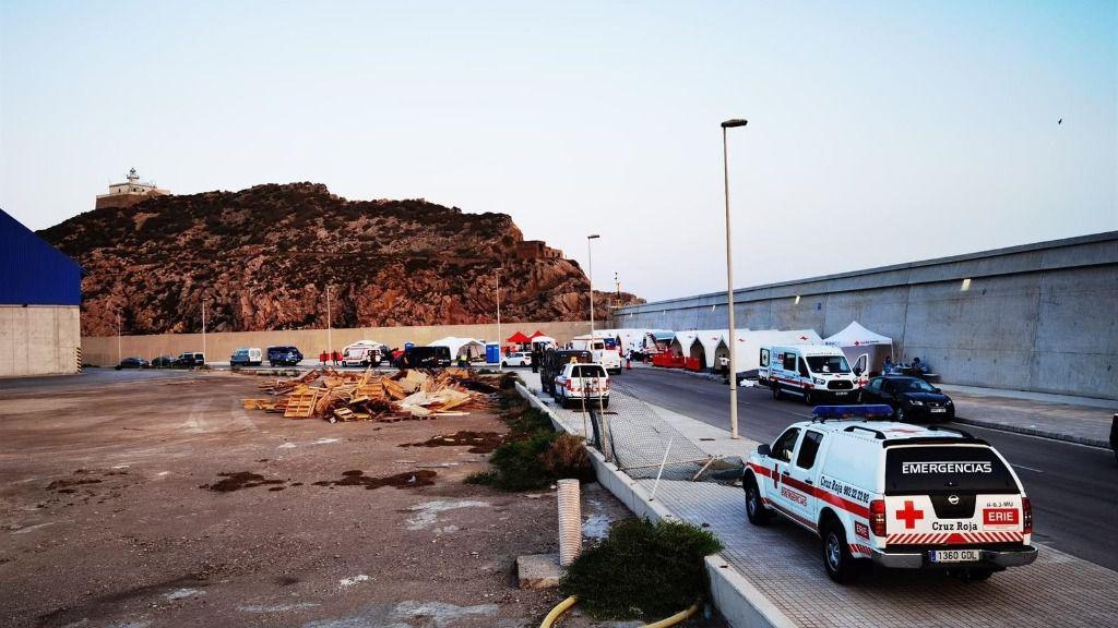 Imagen del dispositivo de Cruz Roja habilitado para recibir a los inmigrantes llegados en patera a la costa de la Región
