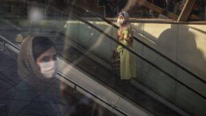 Personas con mascarilla en una estación del metro de Teherán