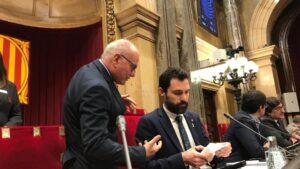El presidente del Parlament, Roger Torrent, asistido por el secretario general de la Cámara, Xavier Muro