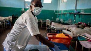 Un trabajador sanitario en un hospital en Somalia durante la pandemia de COVID-19