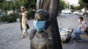 Una escultura con mascarilla en Teherán
