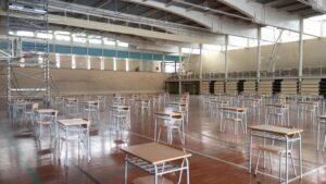 Interior del polideportivo del Colegio Jesuitas con 700 pupitres distribuidos para que los alumnos puedan realizar los exámenes ordinarios y extraordinarios de cada curso