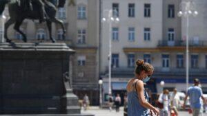 Una mujer con mascarilla en Zagreb croacia
