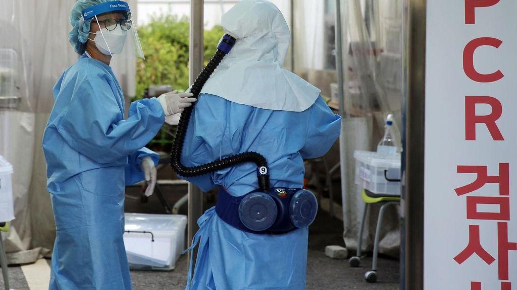 Personal sanitario se prepara para realizar pruebas de COVID-19 en Corea del Sur