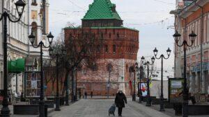 Una mujer con mascarilla en, Nizhni Novgorod