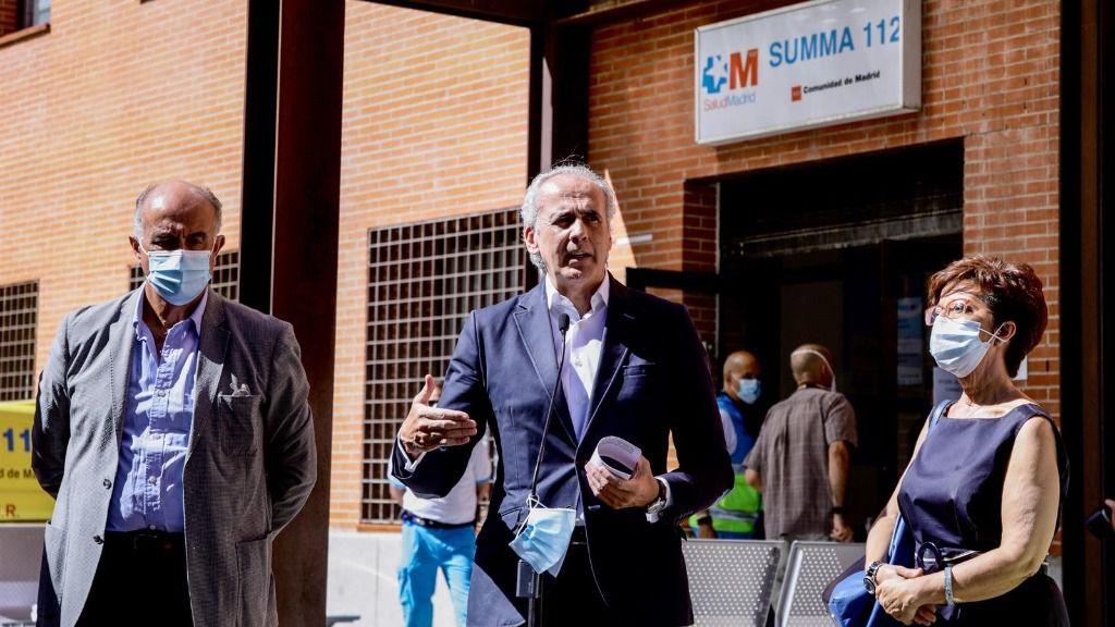 El consejero de Sanidad, Enrique Ruiz Escudero (c), interviene con motivo de su visita al dispositivo organizado durante la jornada donde realizarán PCR a 1.500 vecinos de Villaverde