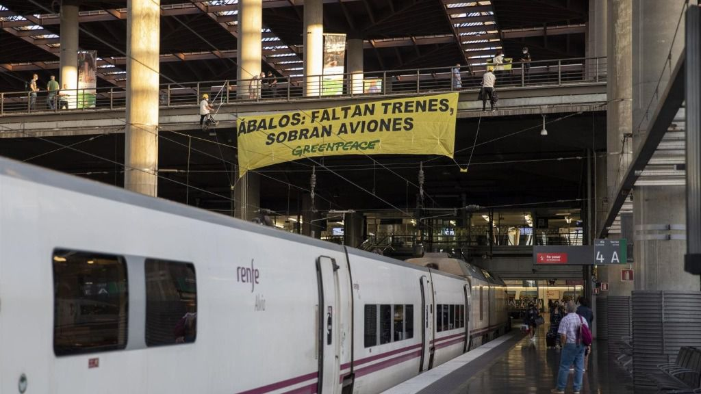 """Acción """"faltan trenes, sobran aviones"""" 20/08/2020.Activistas de Greenpeace han desplegado esta mañana una pancarta sobre las vías de Atocha para denunciar la falta de trenes en un verano marcado por la COVID-19."""