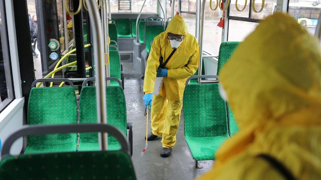 Empleados limpian un autobús en Ucrania coronavirus