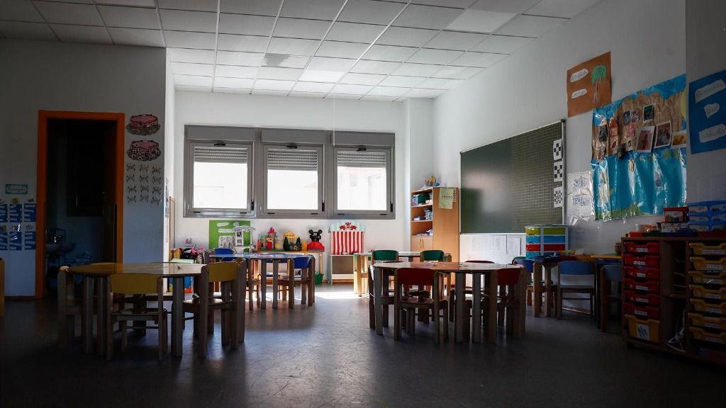 Sillas y mesas de un aula en el interior del Colegio Nobelis de Valdemoro, que debido a la pandemia del coronavirus tendrá que acondicionar sus aulas con medidas de distanciamiento e higiene para el nuevo curso escolar 2019-2020. En Valdemoro, Madrid
