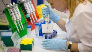 Una investigadora rusa trabaja en la vacuna contra la COVID-19 rusia