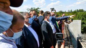 Volodimir Zelenski visita un puente en construcción en Zaporiyia