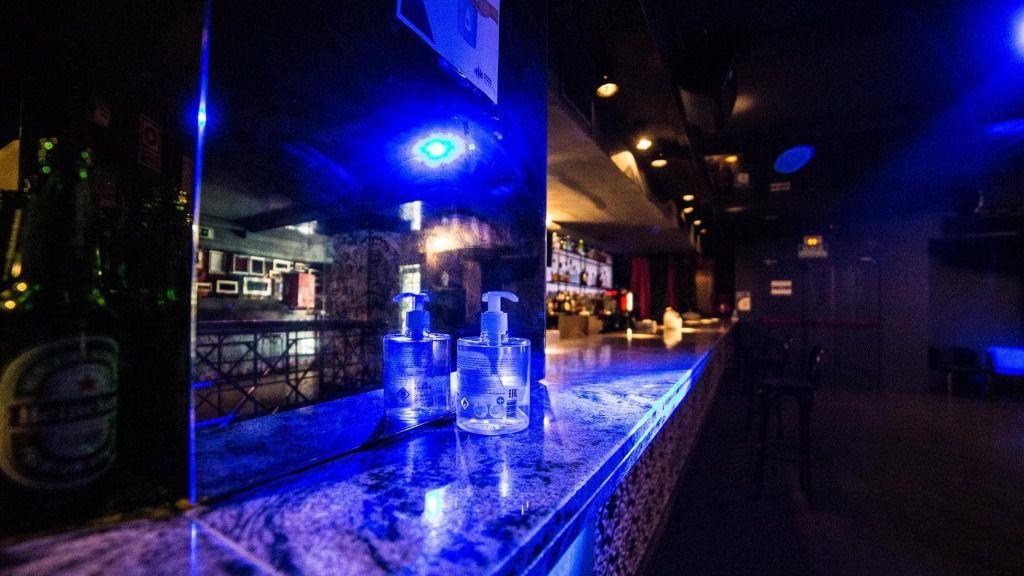 Gel desinfectante en una de las barras de una discoteca de Madrid