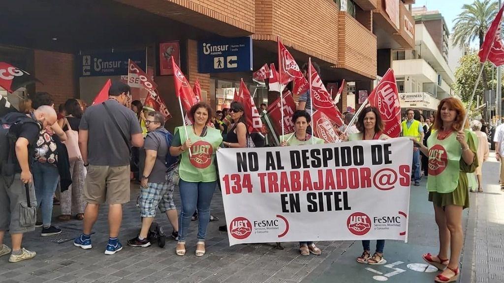 Protesta a las puertas de la sede de Sitel