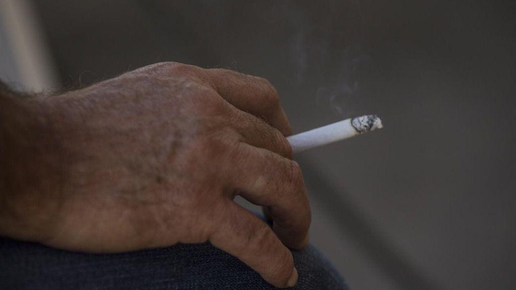 Una persona fuma en la terraza de un bar
