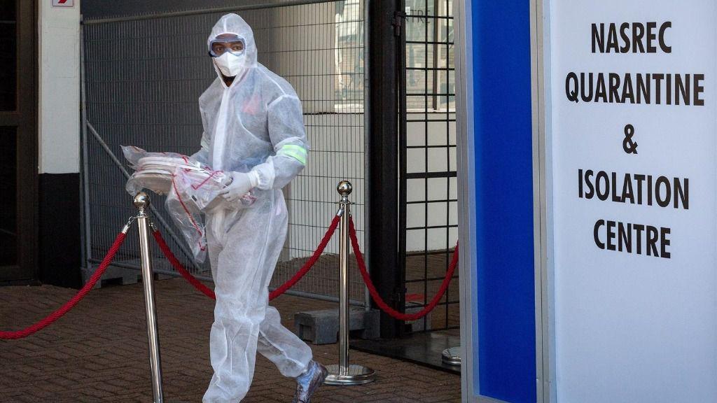 Un trabajador sanitario en un centro de cuarentena y aislamiento en Johanesburgo sudafrica coronavirus