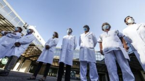 El equipo médico del INMI Lazzaro Spallanzani en el que se está desarrollando la vacuna italiana contra la COVID-19